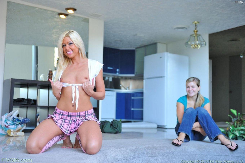 Игривая светлая порноактриса Tiffany FTV в мини юбке любит развлечься со своей мандой