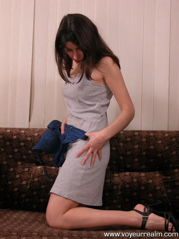 Шатенка примеряет новые бикини