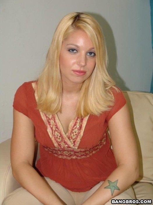 Парочка спускает эротические фото, показывая и обнаженное тело блондинки, и то, как она лижет писю