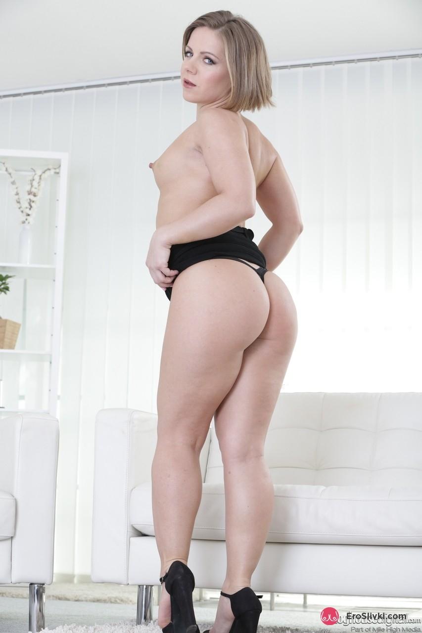 Блондинка Саша стаскивает черное платье и роскошные трусики, чтобы красоваться раздетой