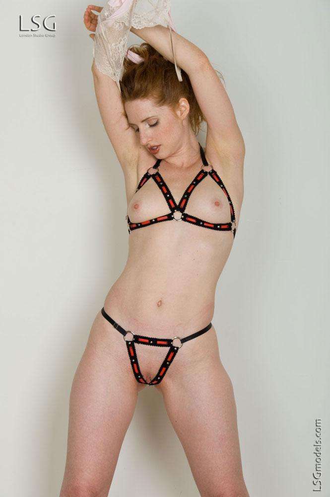 Amber Dawn одела пошлый тоненький лифчик и танго