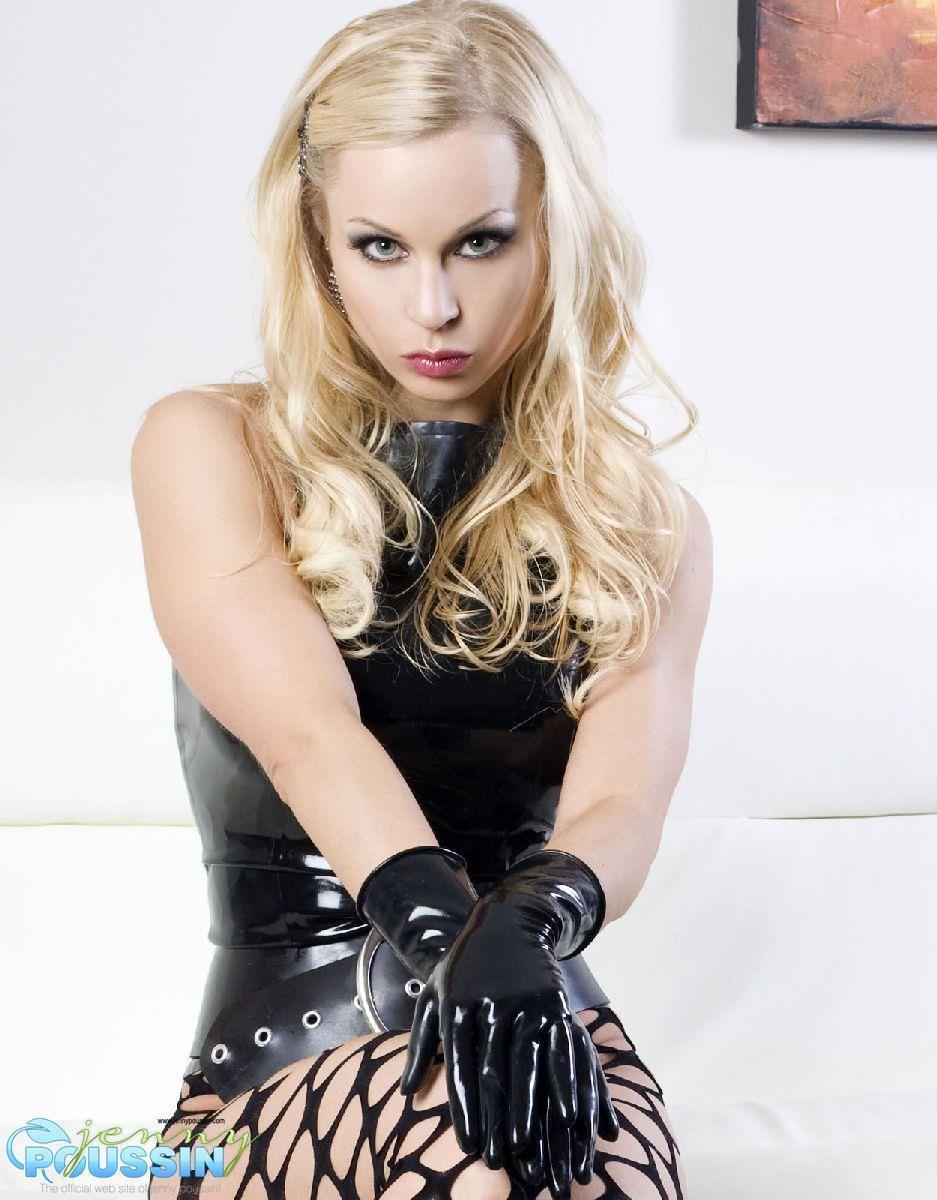 Блистательная модель-фетишистка со светлыми волосами Jenny Poussin хвастается в черном латексном костюме и сеточках