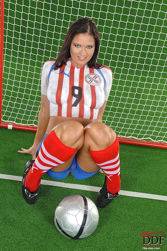 Малышка Veronica da Souza в футбольной форме, красуется с мячом