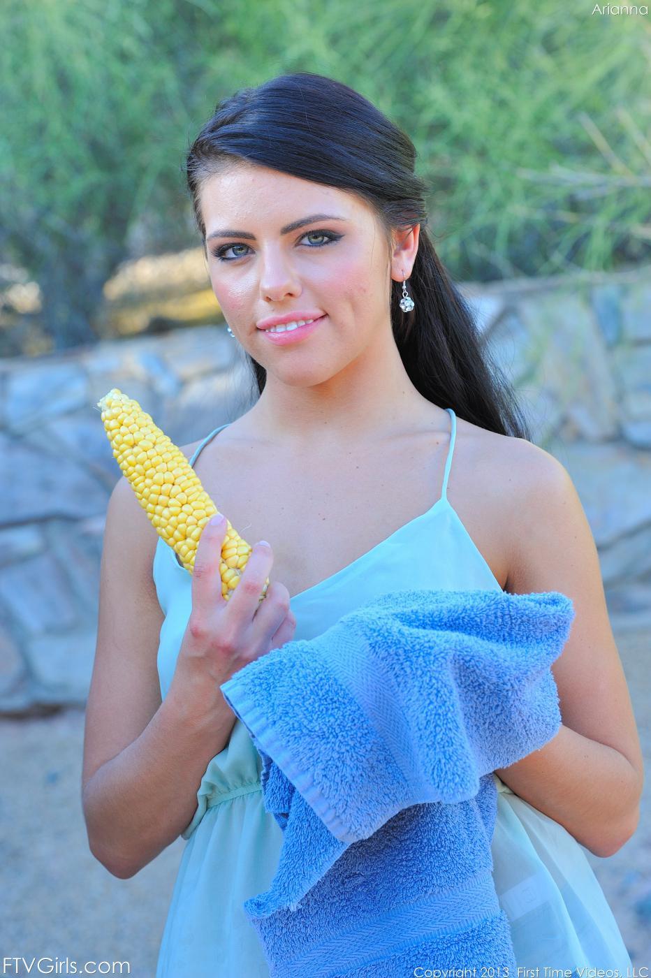 Негодная лесби Адриана Чечик желает, когда ее узкую писю ебут кулаком и кукурузой