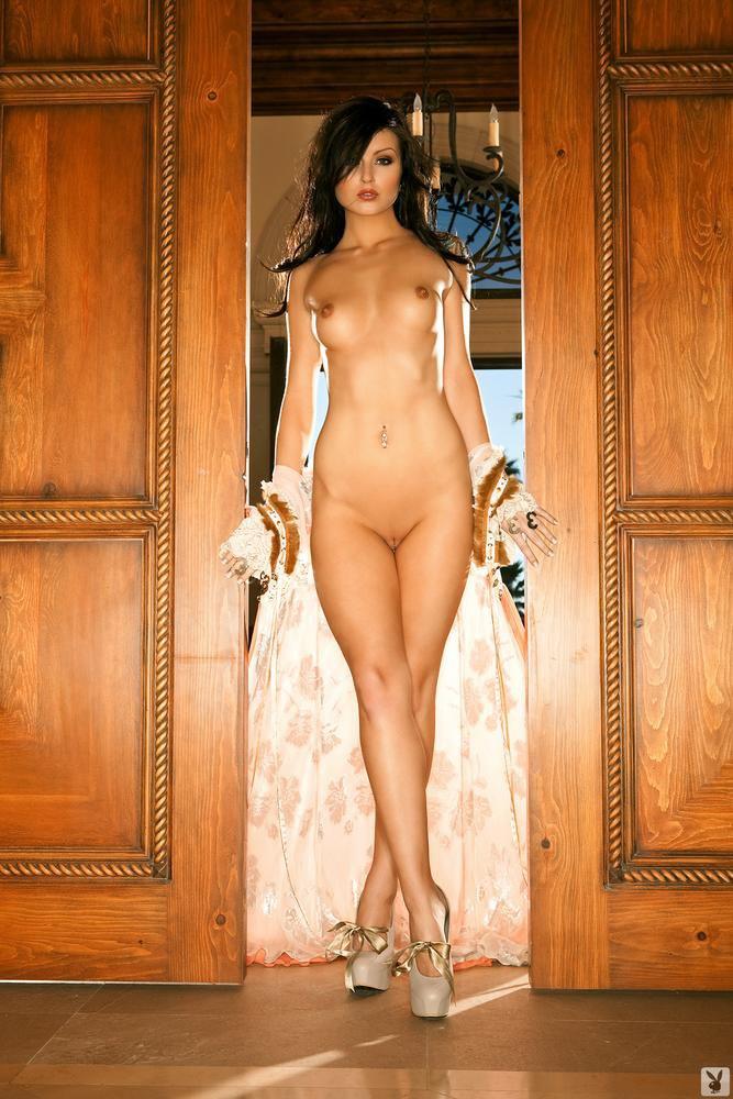 Сексапильная детка Veronica Lavery обнажает свои сиськи, сняв одежду в дверном проеме