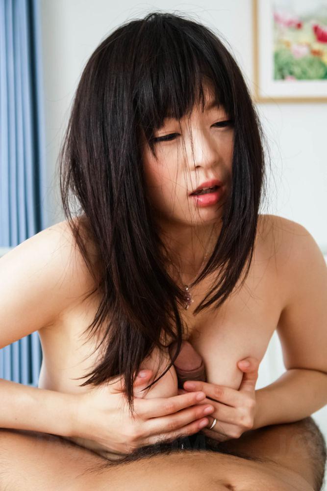 Азиатская милашка Nozomi Hazuki ложится чтобы заняться жесткой перепихоном со своим парнишкой