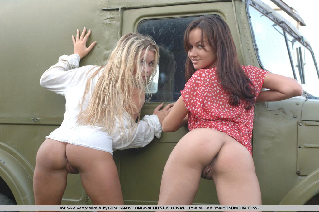Обнаженные лесби Ksena A и Mira A садятся своими сраками на капот и роскошно целуются