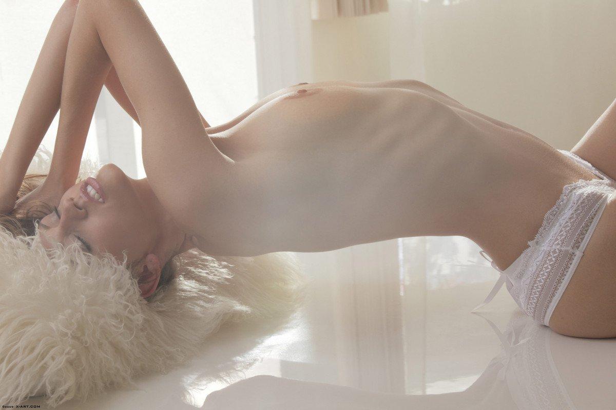 Красотка с выдающимися волосами Eufrat спускает свои белые трусики и мастурбирует без одежды