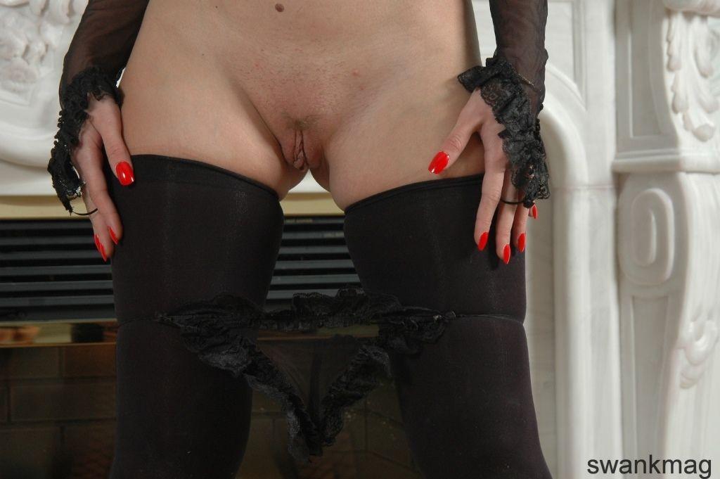 Элегантная Maggie Red в роскошном черном белье продемонтстрировала тугую щелку у камина