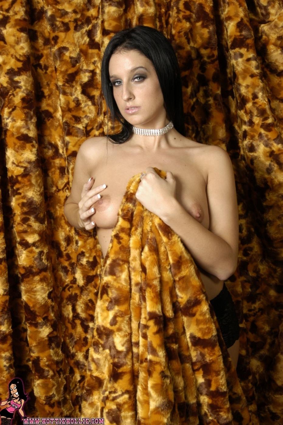 Красотка с волнистыми волосами Hottie Hollie снимает черный лифчик чтоб показать волшебную грудь