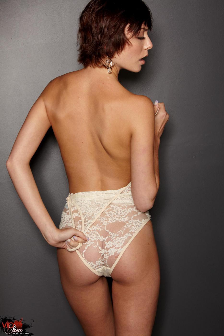 Самая элегантная русая порноактрисса Zoe Voss блистает свое стройное тело без ничего, кроме высоких каблуков