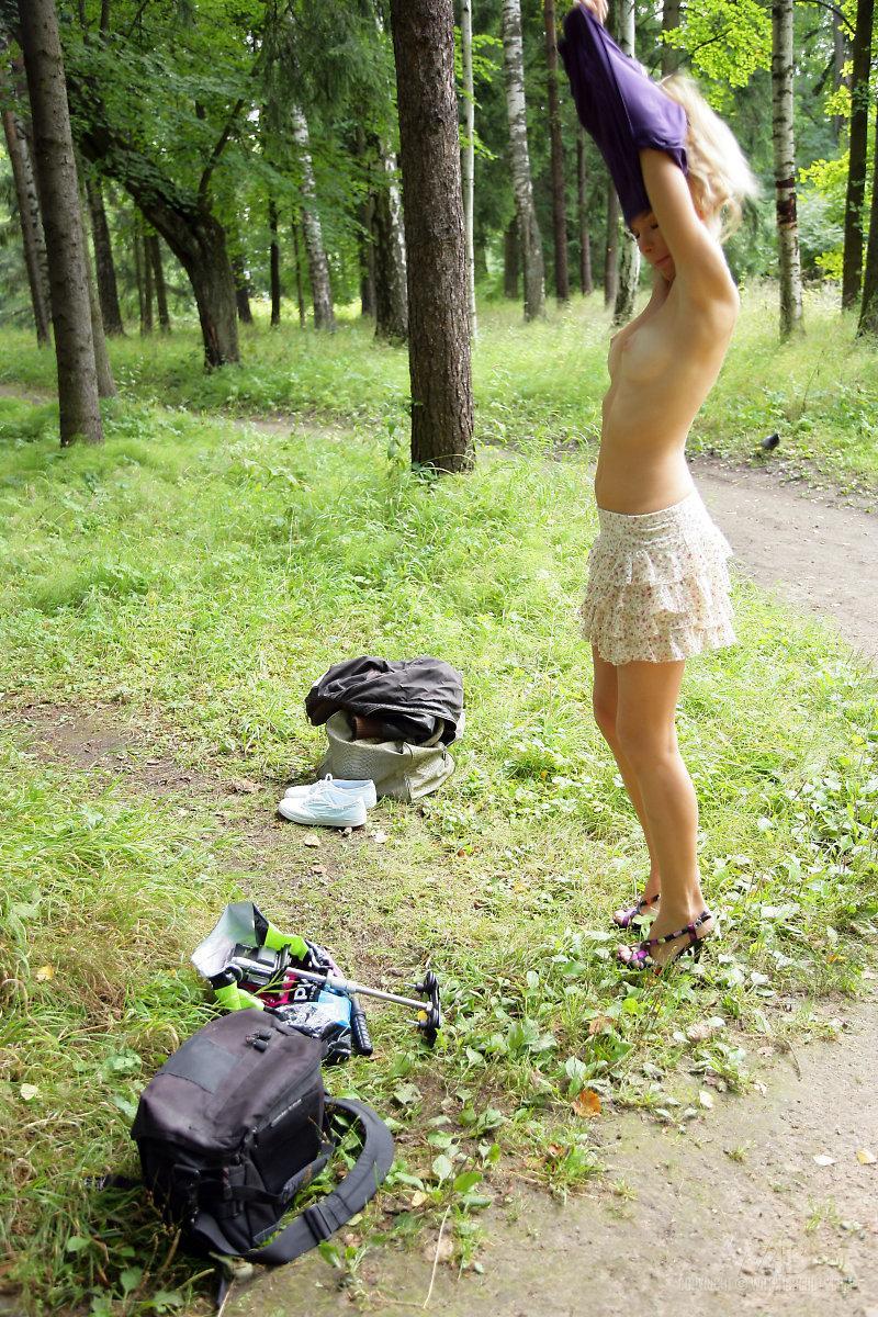 Детка с красивым личиком Ianisha Nubiles снимает нижнее белье и показывает побритую киску на людях
