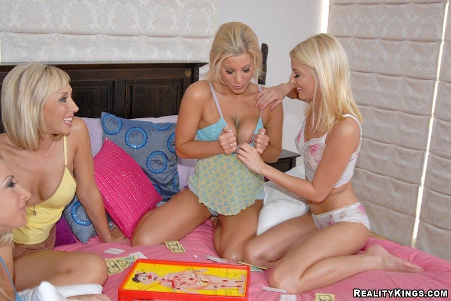 Sammie Rhodes и ее нимфоманки превращают девичник в лесбийскую групповуху