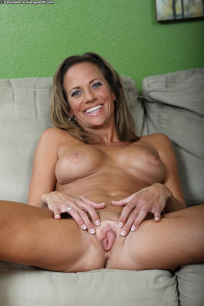 Возбуждающая красивая мамочка Montana Skye обнажает свою очаровательную большие дойки и безволосую вагину