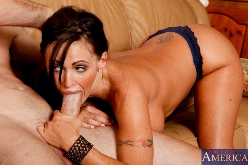 Титькастая Jenna Presley легко заводит юношу на жесткий секс