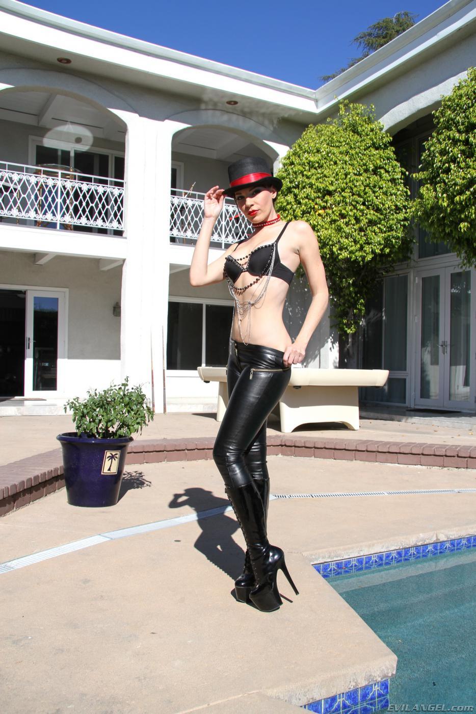 Очаровательная тёлка Dana Dearmond снимается знойным телом одетым в латекс