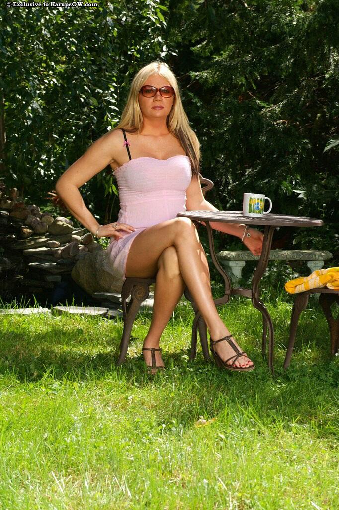 Пышнотелая светловолосая девушка с опытом Christina Skye сняла одежду и показала свою раздетую вагину на природе
