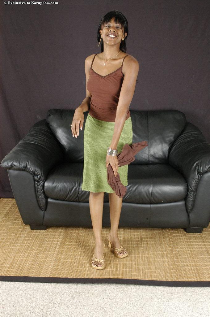 Tori Lain оголяет гладкую коричневую пилотку, сняв трусики