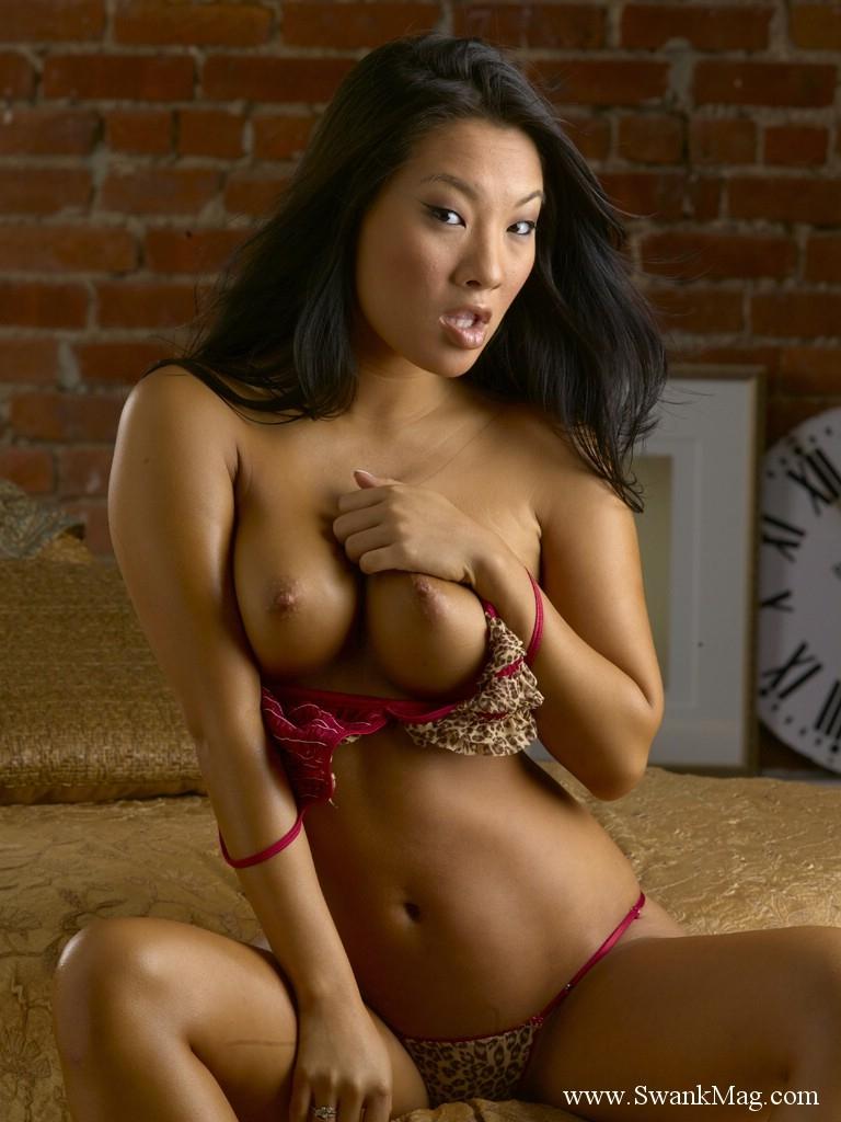 Великолепная азиатская красотка Аса Акира сфотографировала прекрасные груди и онанирует свою гладкую вульву