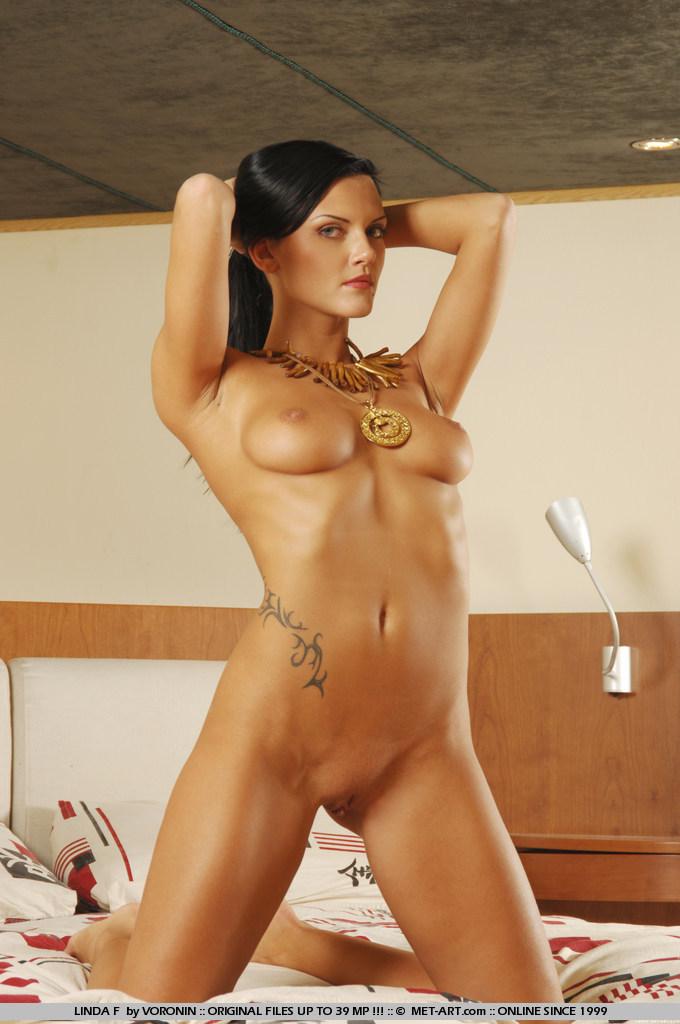 Гладкокожая модель с темными волосами Linda F с хорошенькими грудями и ножками полностью обнажена!