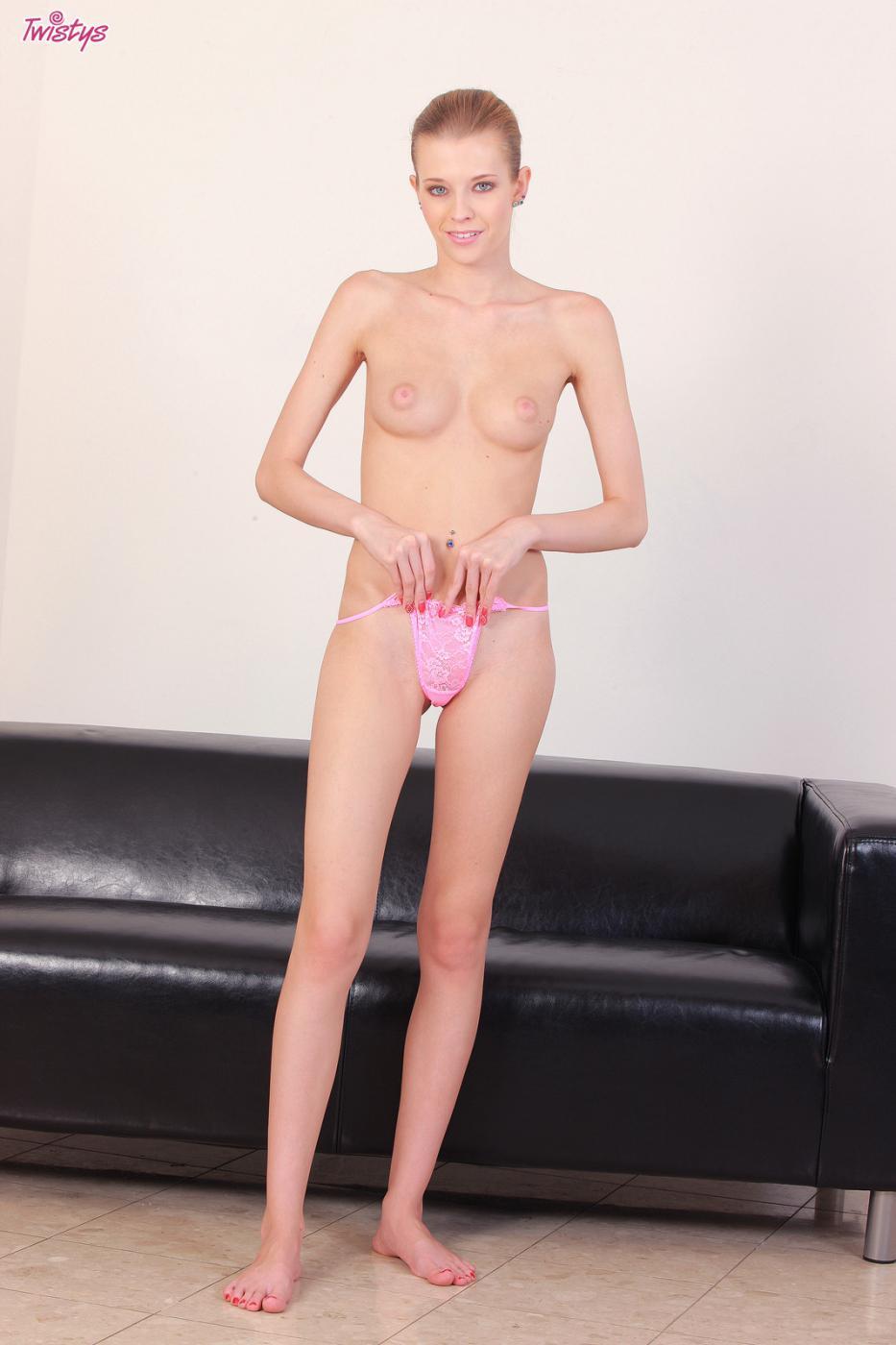 Чистенькая детка Angel Hott снимает одежду и на камеру показывает свою розовую