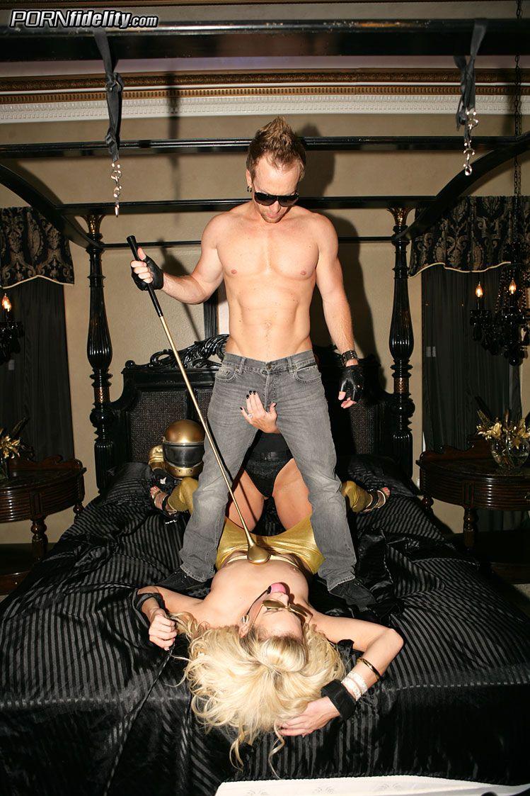 Пышногрудая чика Kiara Diane поймана и оттрахана между грудей и в пизду похотливой парочкой