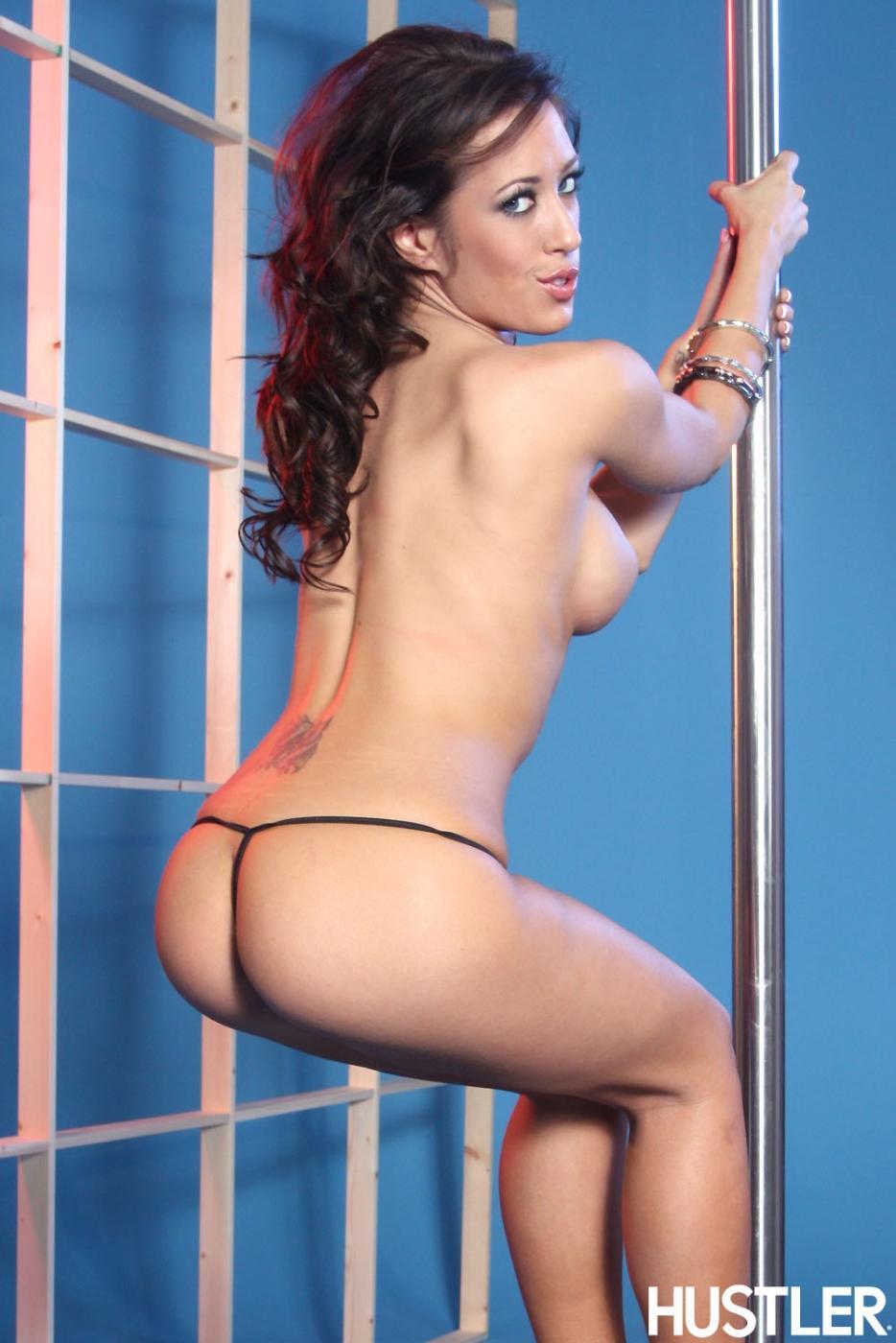 Шатенка Capri Cavalli гордится своими прекрасными круглыми грудями и попкой