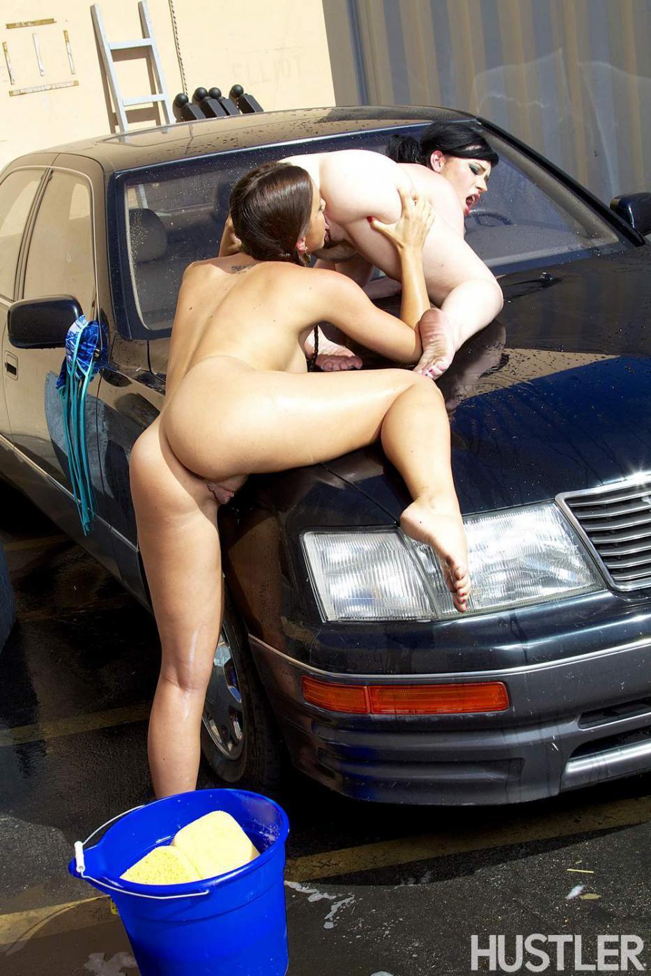 Грязные лесбиянки Abigail Mac и Belle Noire моют машину и спариваются на капоте