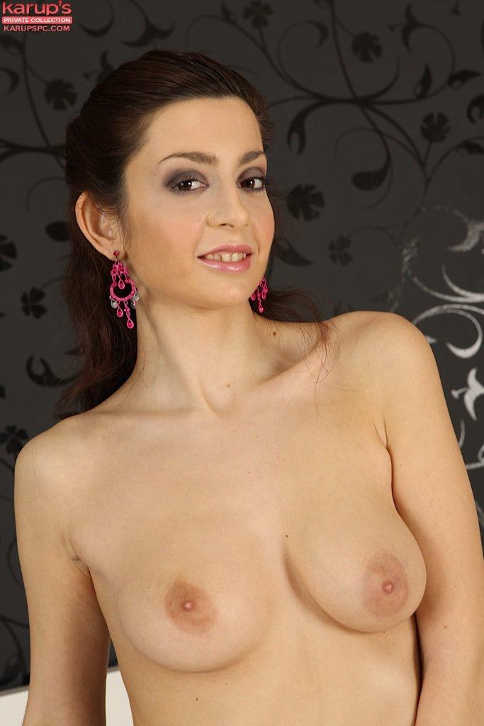 Чувственная Niana Dorev стягивает белье и развлекается с бритой мандой