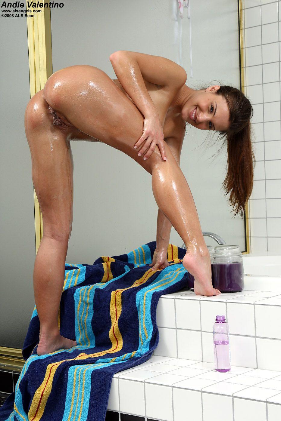 Andie Valentino намазывает маслом свое шикарное голое тело и дрочит скользко и роскошно