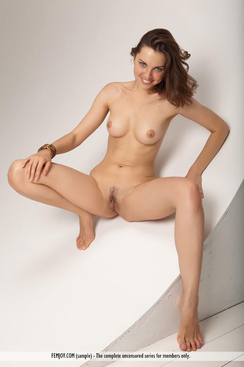 Детка с возбужденной киской и нежной грудью Anita E маняще смотрит на тебя