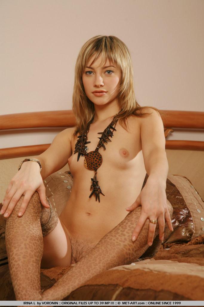 Мила девка Irina L в откровенном нейлоне продемонтстрировала свои мелкие груди и пушистую пизду