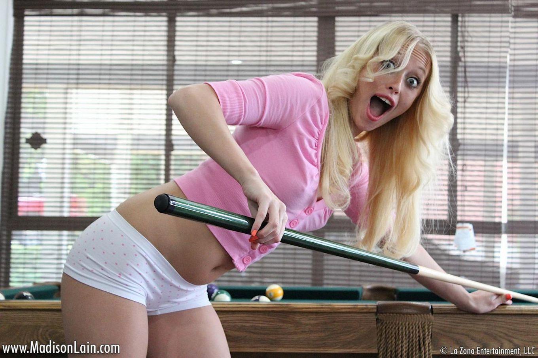 Сладка и чувственная кошечка Madison Lain играется в бильярд и проказничает на столике