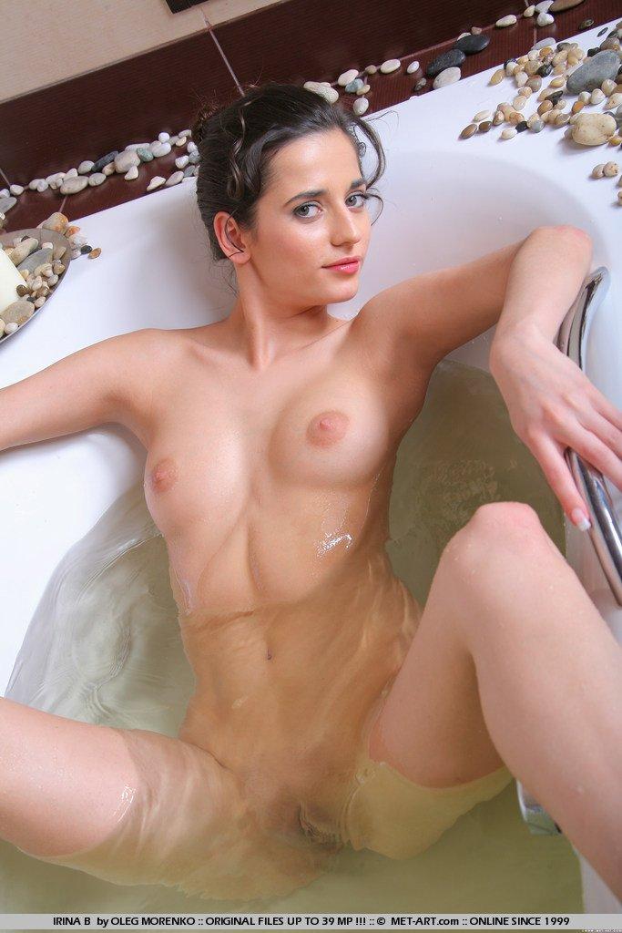 Восхитительная няшка Irina B показывает каждый сантиметр своего нежного тела