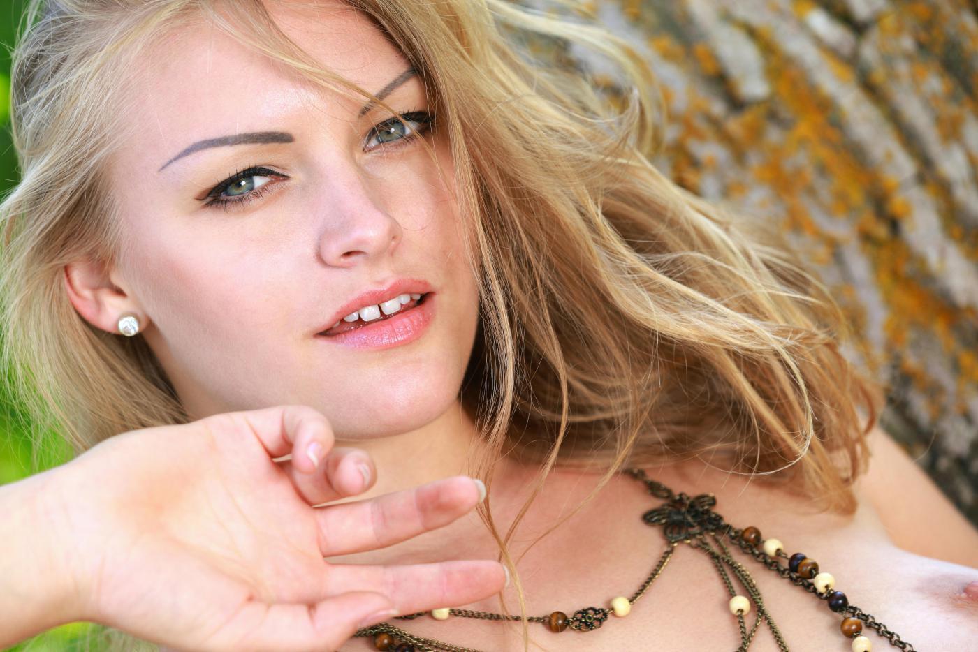 Чувственная Alessandra A обнажает красивая грудь и жопу