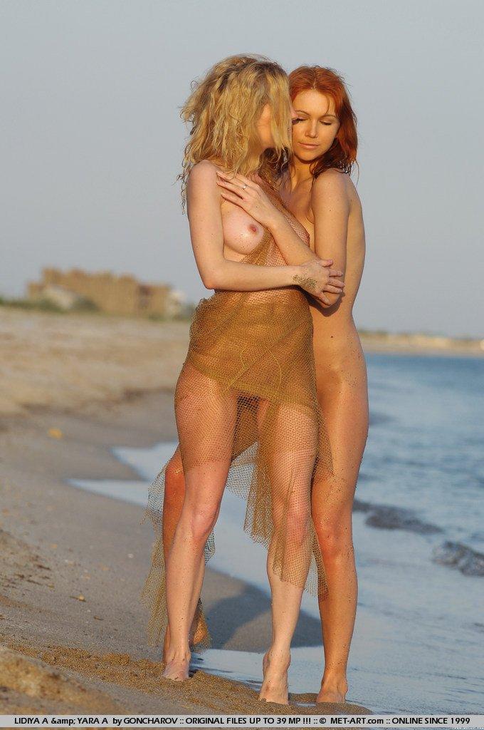 Две ухоженные молоденькие чики из Украины Lidiya A и Yara A позируют нагими на песке