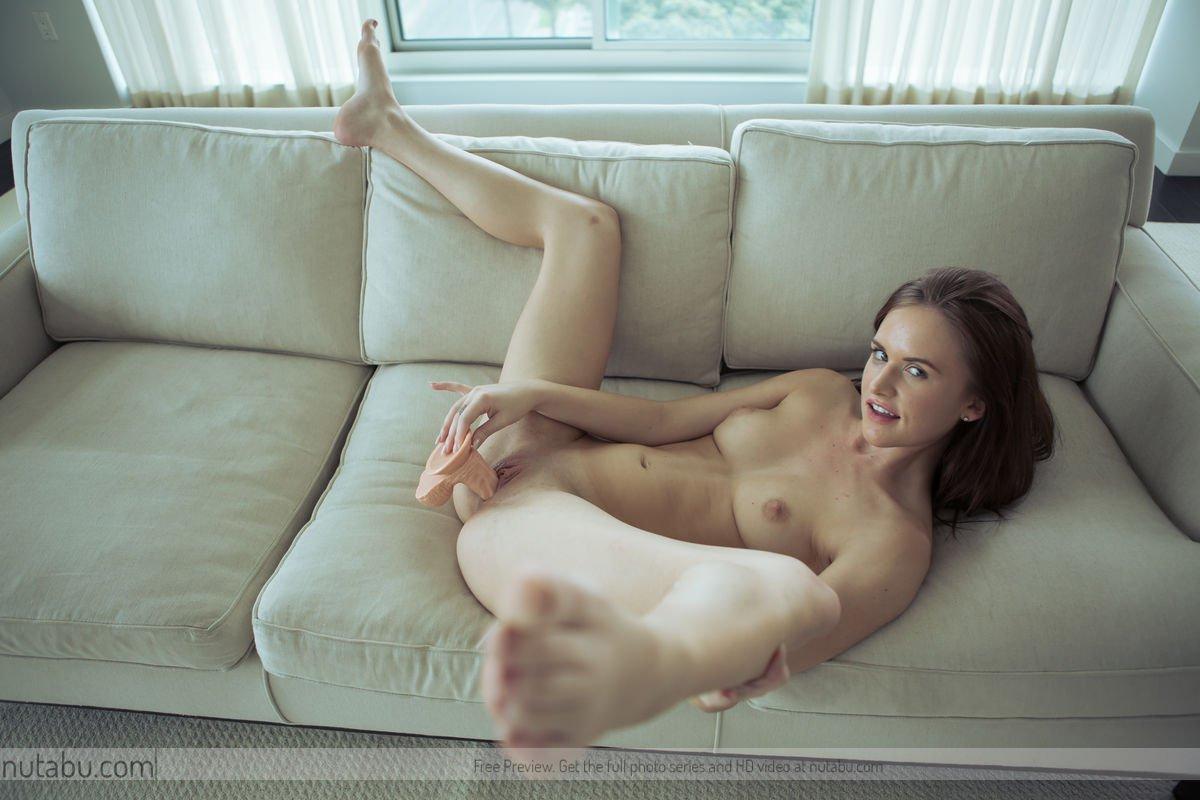 Jayden Taylors взяла крупную секс-игрушку и использует ее, чтобы выебать свою ухоженную киску