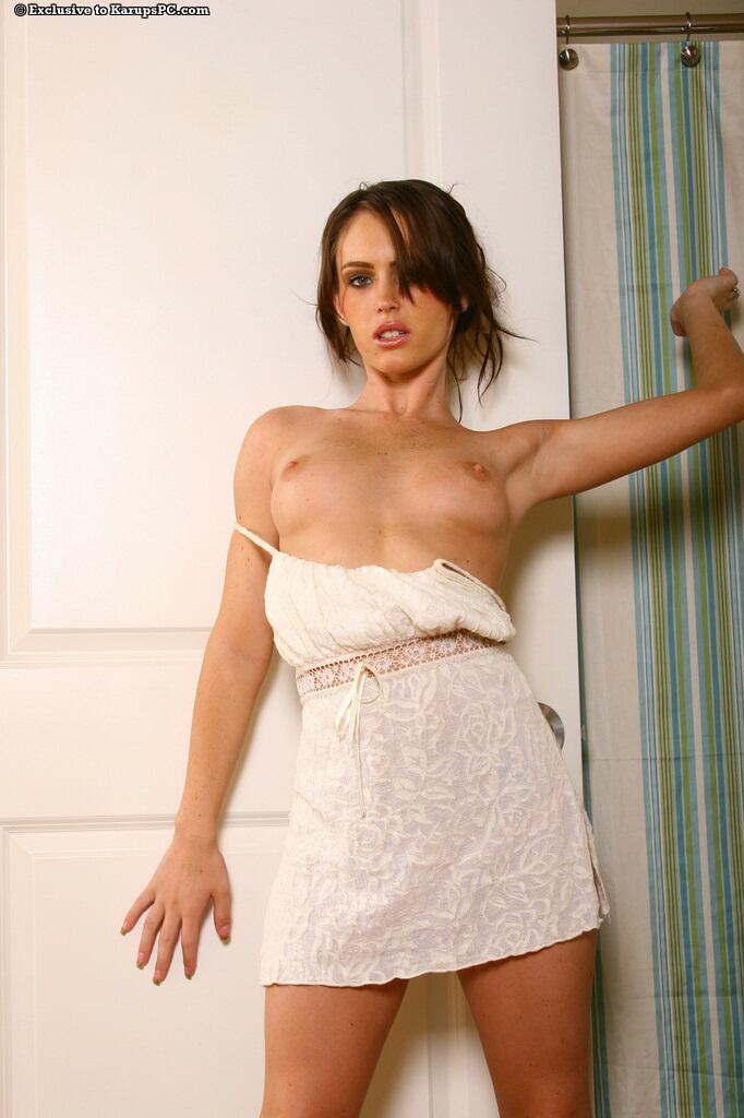 Очаровательная Jenna Presley игриво снимает свои розовые бикини