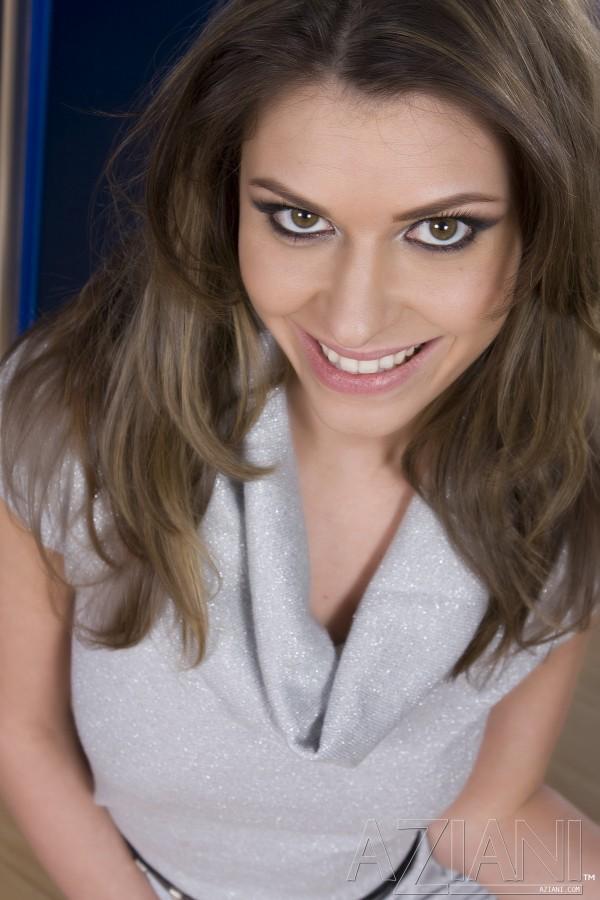 Сексуальная сексапильная Victoria Lawson с полностью гладкой вагиной снимает платьице