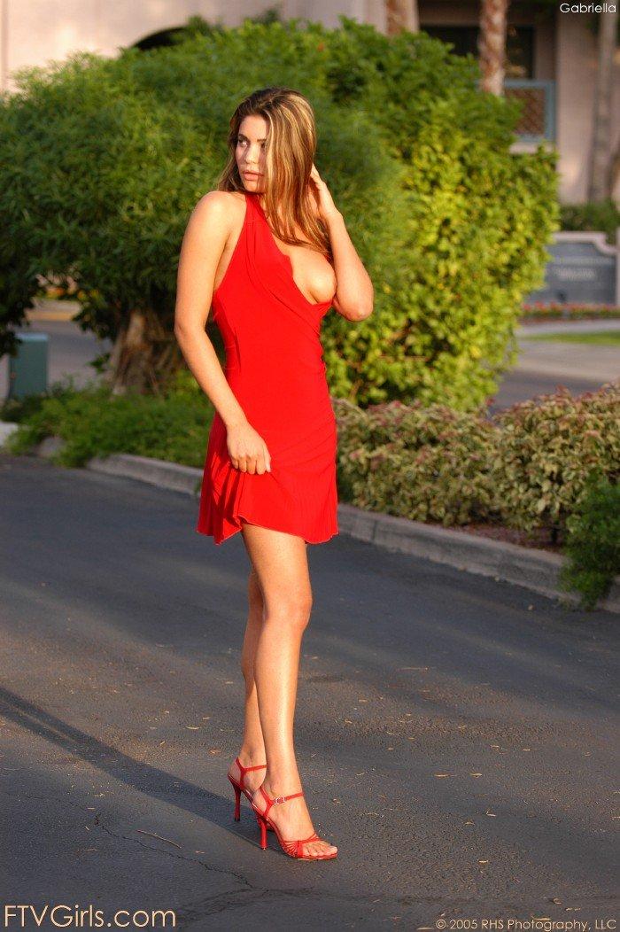 Соблазнительно озабоченная сексапильная крошка Paola Rey в тёмном платье демонстрирует свою дырень