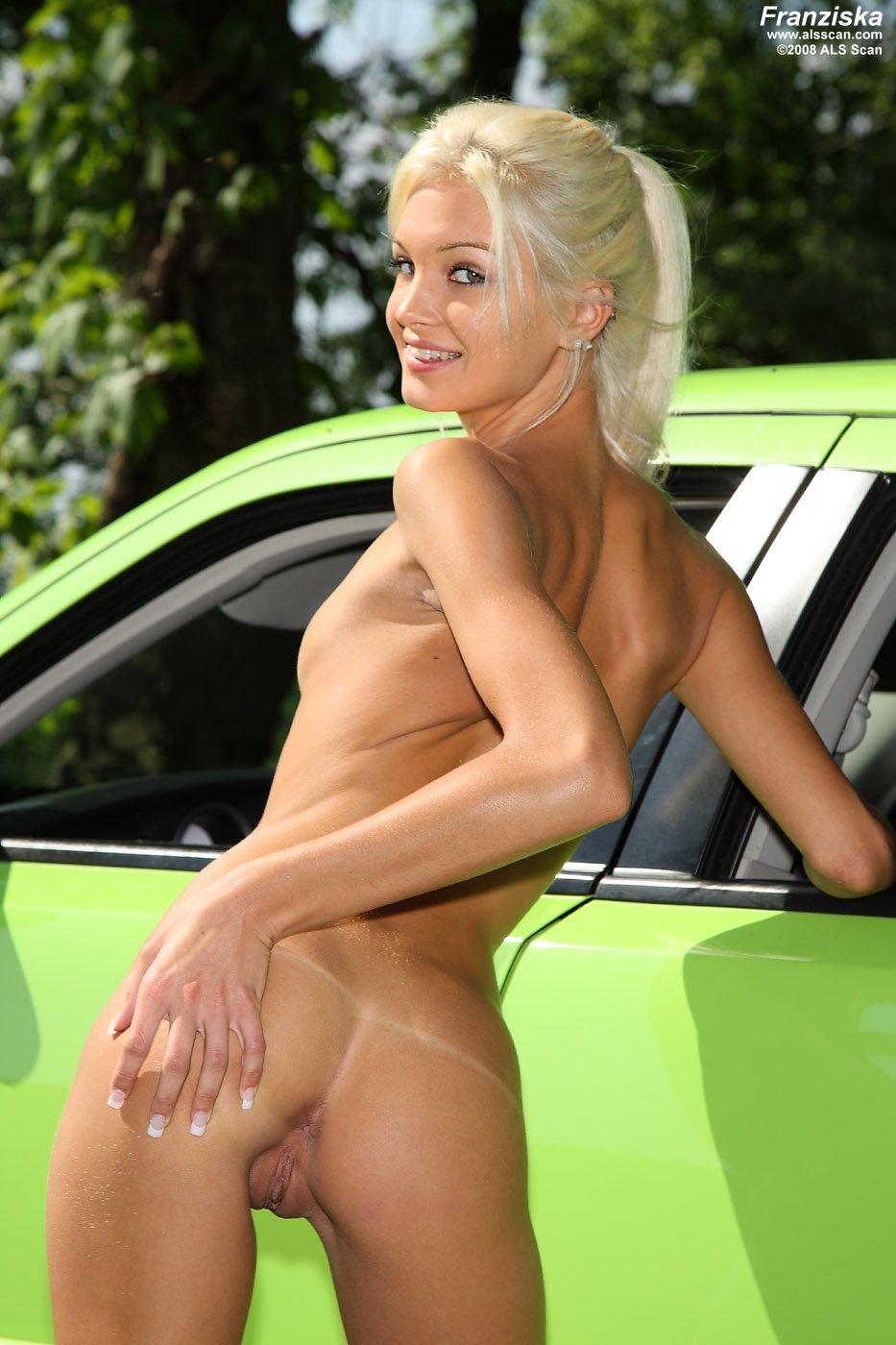 Стройная милашка с маленькими буферами Franziska Facella сладко фоткается у машины