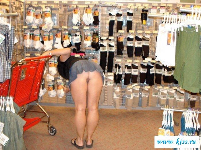 Раздетые письки нагнутых баб в магазинах