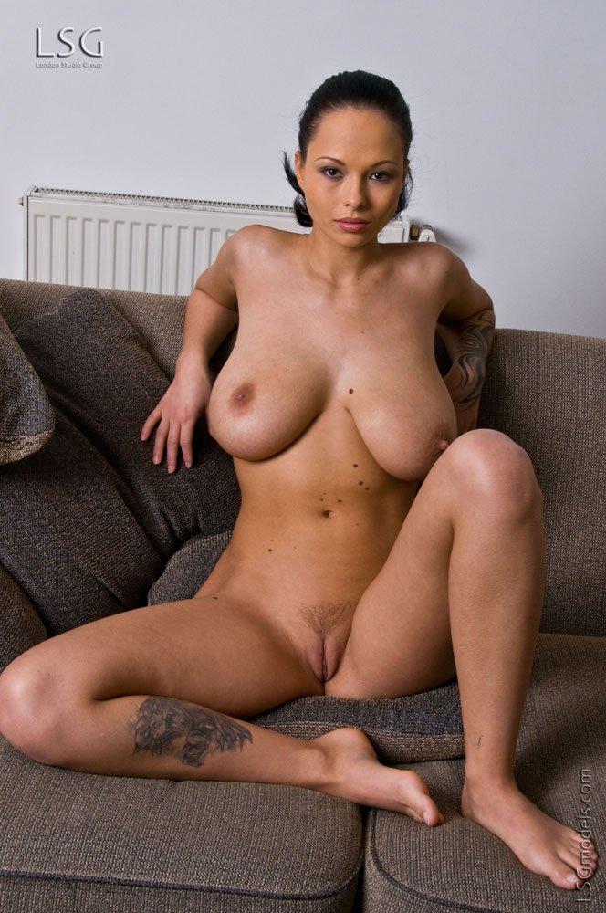 Брюнетка с настоящей большими дойками Dominno раздвигает ножки и гладит гладкую вагину