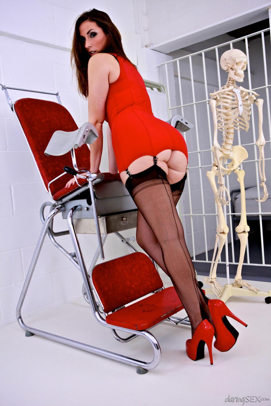 Милая детка Paige Turnah залезает на гинекологическое кресло и раздвигает ножки