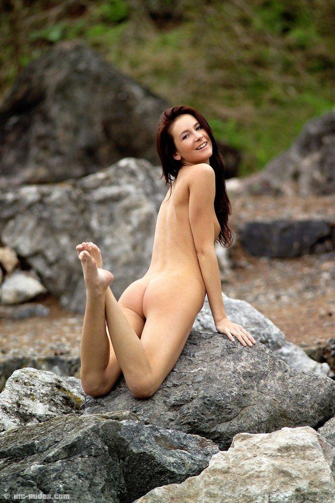 Раздвигать длинные ножки на природе, когда светит солнышко - вот что Thalia Oliver делает лучше всего