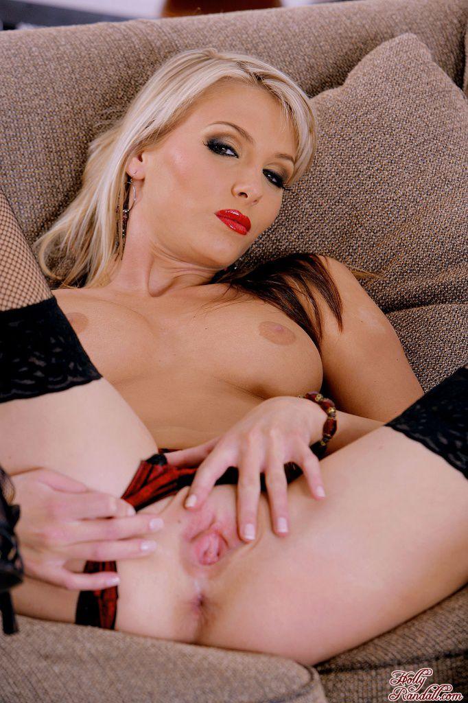 Крутая блонди в интимном белье Heather Wild разводит ножки и пробует свои соки на вкус