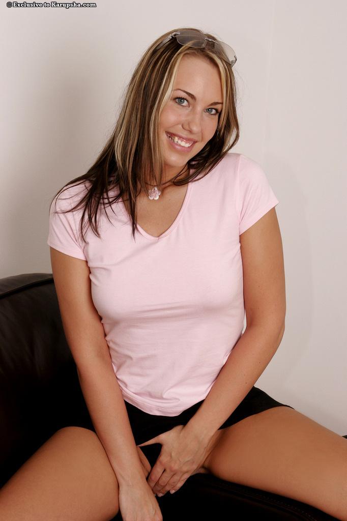 Свежая Danie Rose с стриженной пиздой улыбается когда полностью раздевается и раздвигает ноги