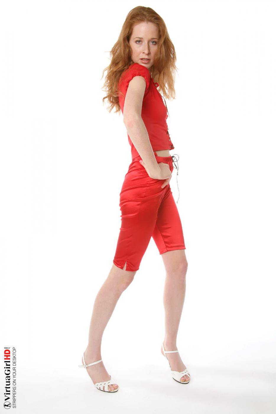 Роскошная Lucie T раздвигает ноги и светит