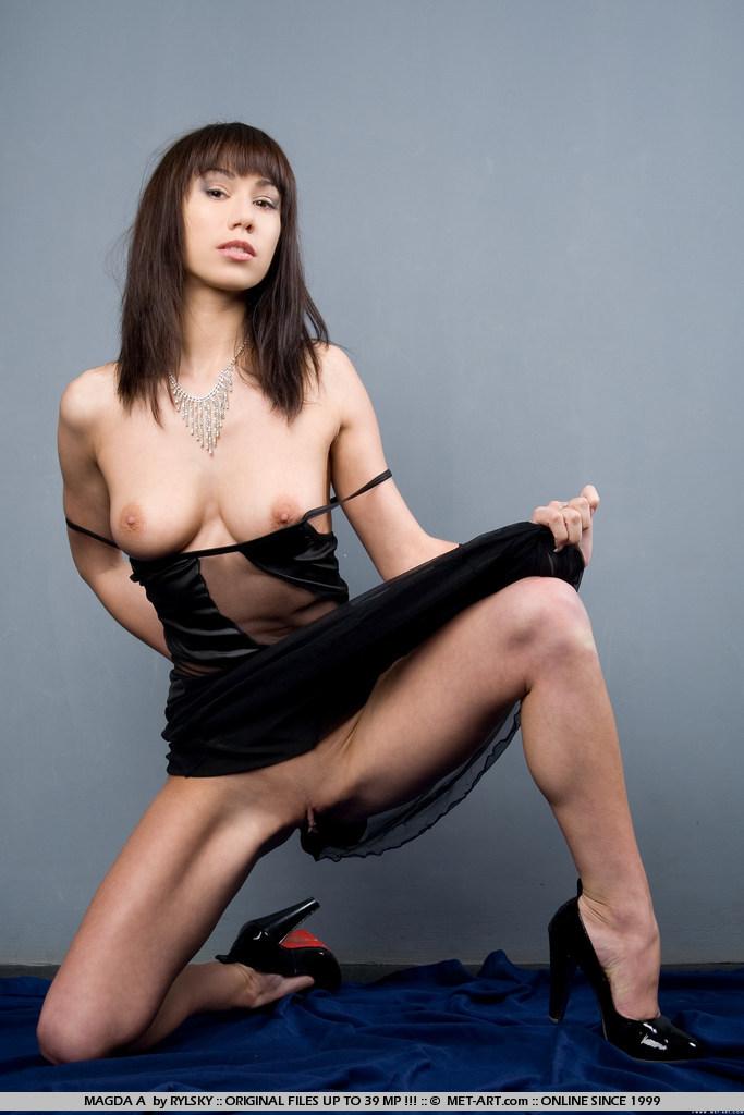Magda A раздвинула ножки чтобы близко показать стриженную киску с большими губками