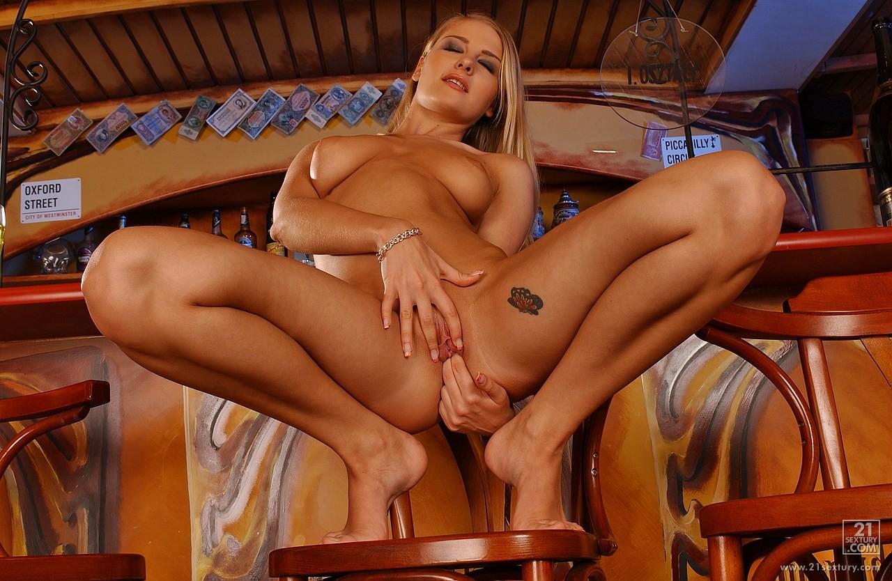 Прелестная блондинка Nikoletta Devis раздвигает ножки и засовывает дилдо в свою побритую письку на стуле